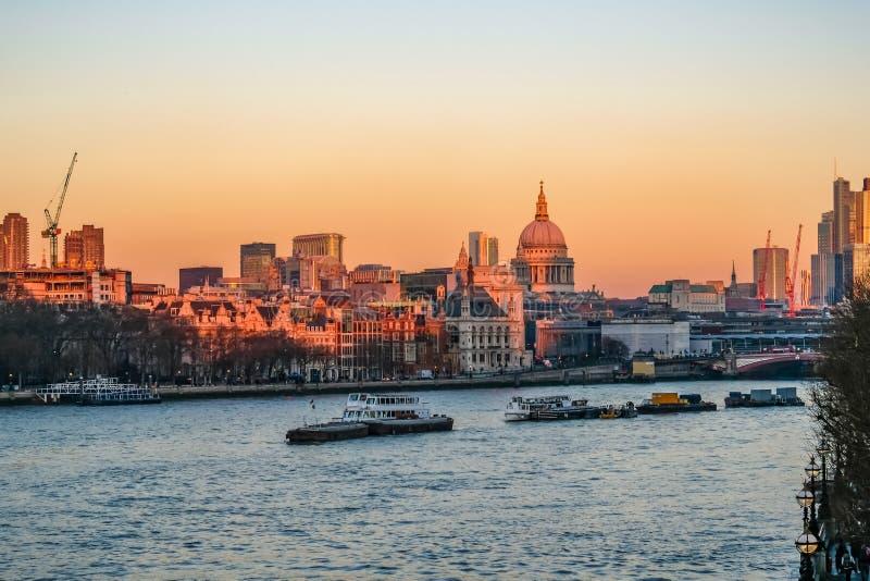 Ideia do por do sol da skyline de Londres tomada da ponte de Waterloo fotos de stock