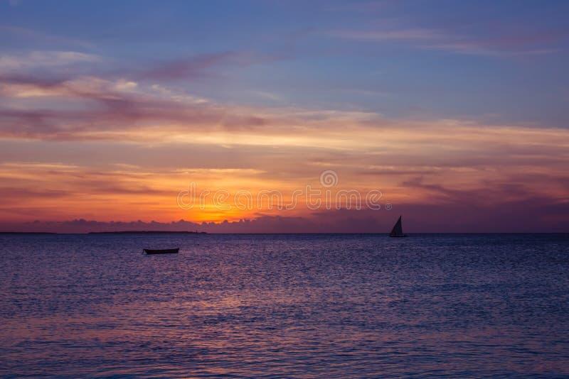 Ideia do por do sol na ilha de Zanzibar foto de stock royalty free