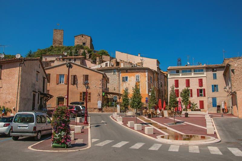 Ideia do quadrado com casas e a cidade antiga no monte no Arcs-sur-Argens de Les fotos de stock