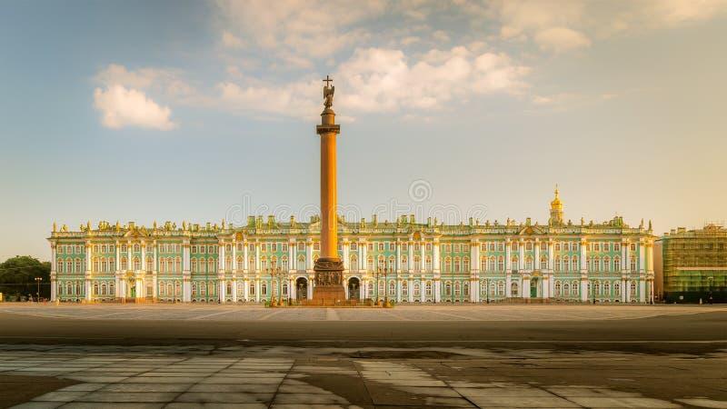 Ideia do quadrado do palácio, Alexander Column da manhã, inverno Pala fotografia de stock royalty free