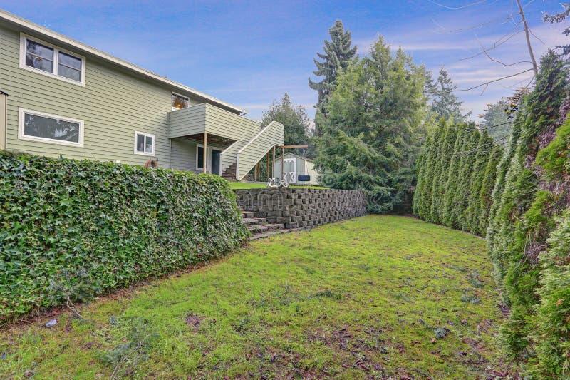 Ideia do quintal da casa de duas histórias com lotes do espaço foto de stock royalty free