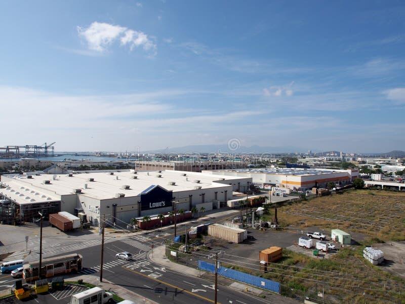 A ideia do ` s e Home Depot de Lowe com transporte Cranes na distância em Oahu imagens de stock
