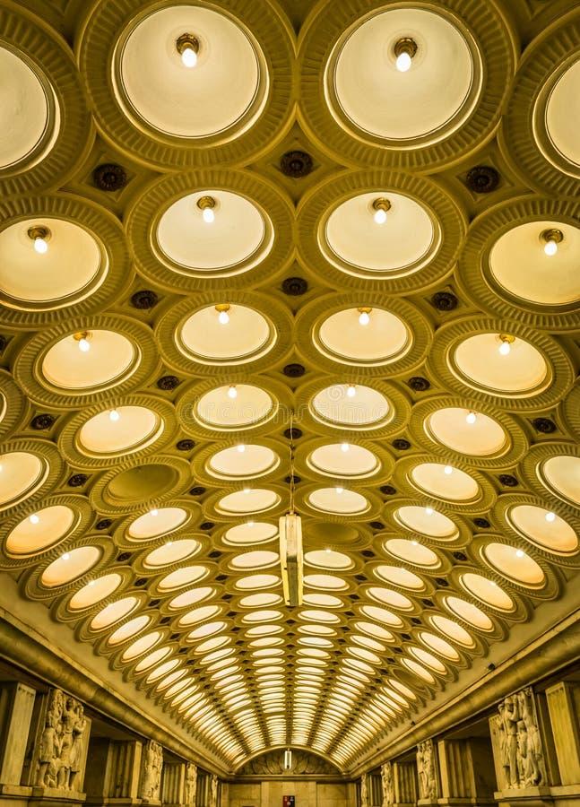 A ideia do teto da estação de metro de Elektrozavodskaya em Moscou, Rússia fotografia de stock royalty free