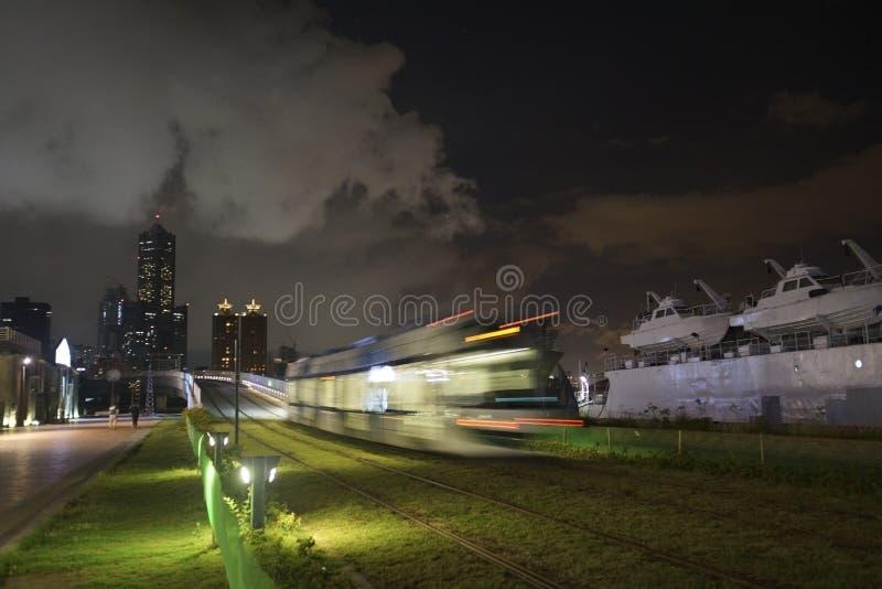 A ideia do trânsito do trilho da luz de LRT na cidade de Kaohsiung, Taiwan Quando passar na noite fotografia de stock royalty free