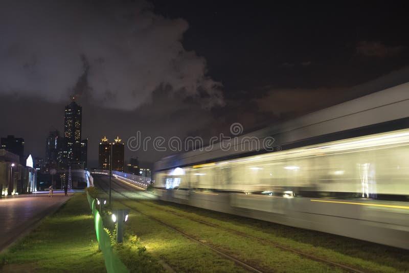 A ideia do trânsito do trilho da luz de LRT na cidade de Kaohsiung, Taiwan Quando passar na noite foto de stock royalty free