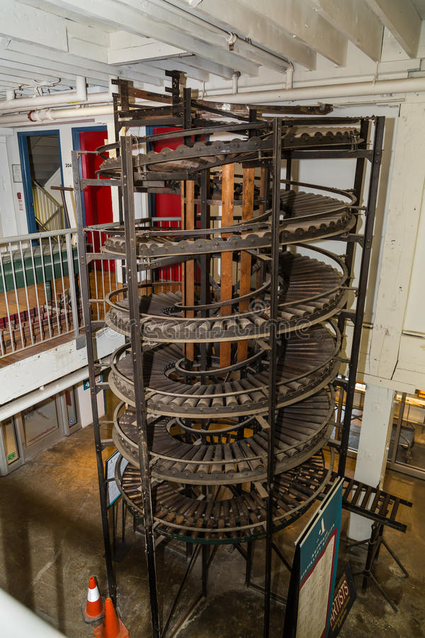 ideia do transporte espiral vertical do vintage velho e das outras peças foto de stock royalty free