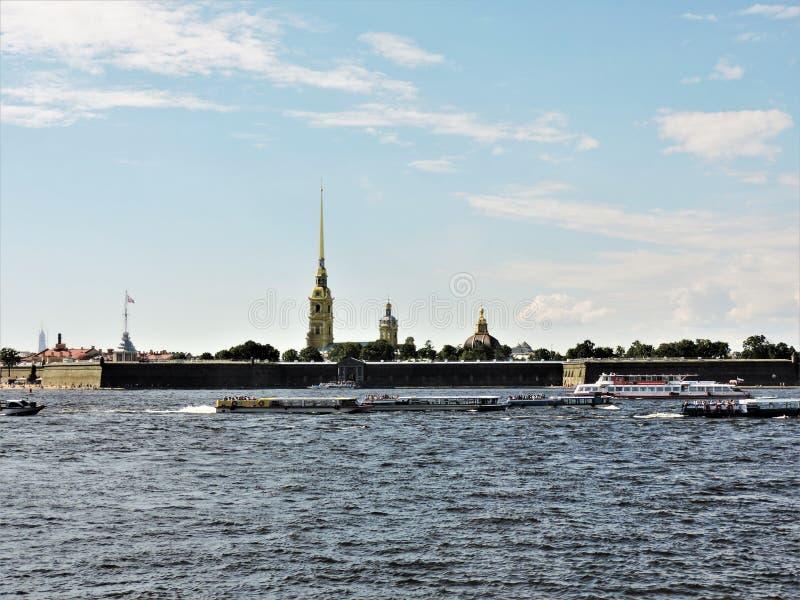 Ideia do verão St Petersburg: rio, navios e fortaleza! fotos de stock royalty free