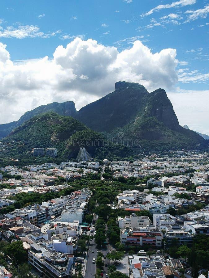 Ideia do zangão da região de Jardim Oceanico em Barra da Tijuca, monte de pedra de Gavea, Rio de janeiro fotografia de stock