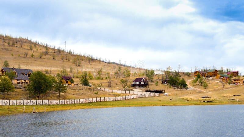 A ideia dos centros de turista na área de Shida na costa do Curkut late em setembro O Lago Baikal, Sibéria, Rússia imagens de stock