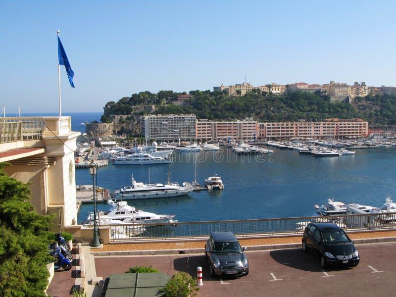 Ideia dos iate no porto Hercules e da arquitetura da cidade em Mônaco fotografia de stock