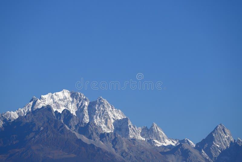 Ideia dos picos neve-tampados de Jade Dragon Snow Mountain foto de stock royalty free