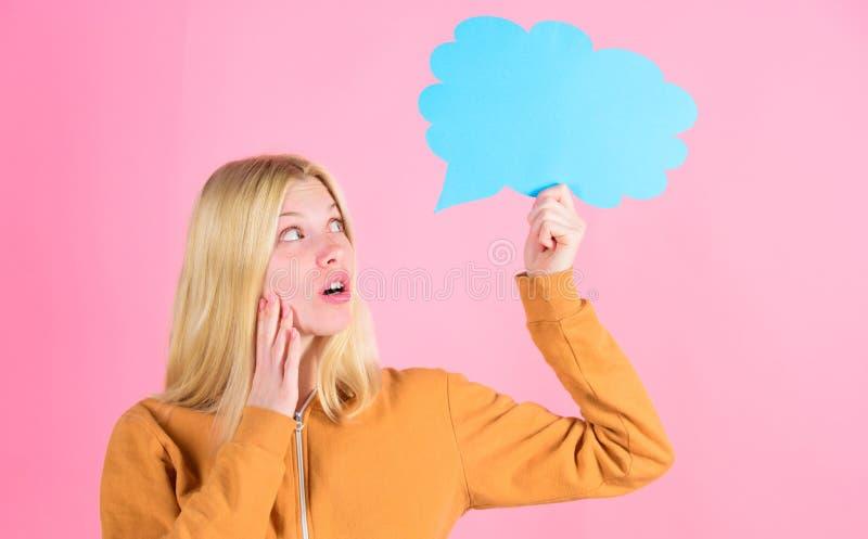 Ideia e conceito da faculdade criadora As ideias e os pensamentos copiam o espaço Louro bonito da menina com bolha do discurso Pe imagem de stock royalty free