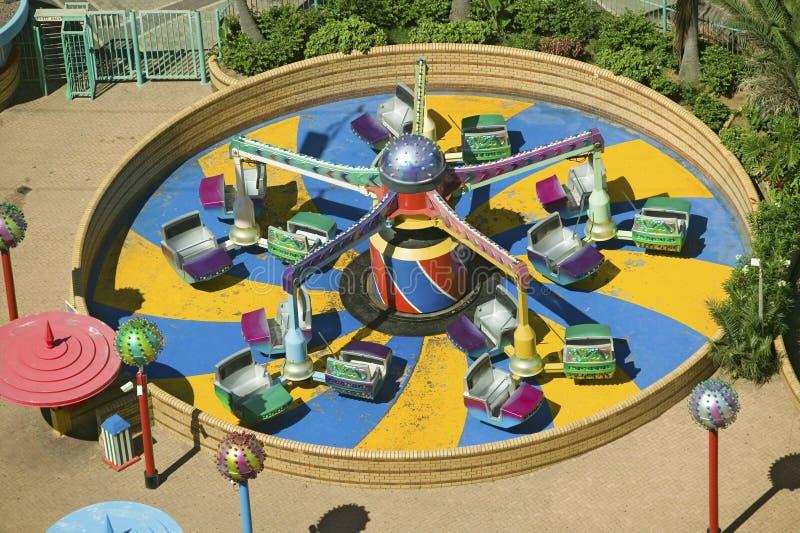 A ideia elevado do carnaval brilhantemente colorido monta em Durban, África do Sul fotos de stock