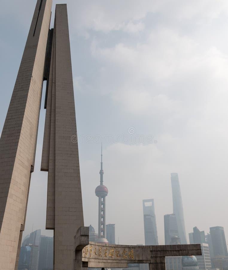 Ideia enevoada da skyline de Shanghai através do monumento dos heróis fotos de stock royalty free