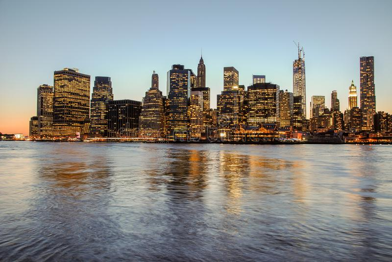 Ideia excitante da skyline de Manhattan no por do sol, fechada à noite Vista agrad?vel desde Brooklyn foto de stock royalty free