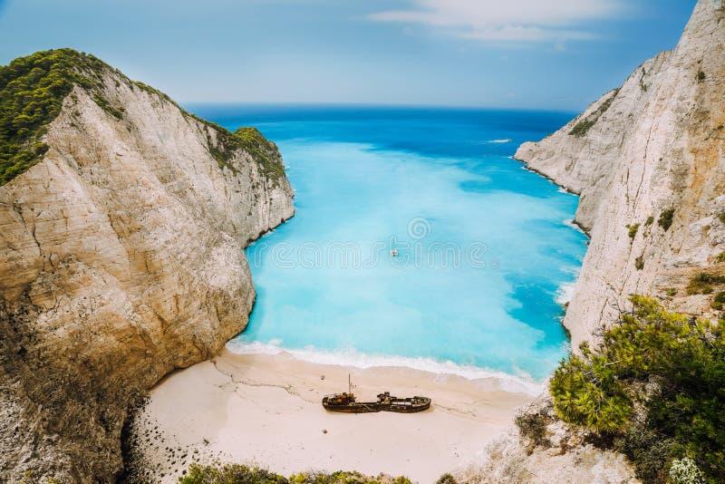 Ideia excitante do meio do naufrágio da praia arenosa de Navagio cercada pela água salgada profunda do mar de turquesa dos azuis  imagens de stock