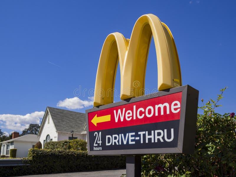 Ideia exterior da movimentação famosa de Mcdonald através do sinal foto de stock royalty free