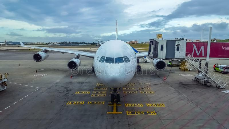 Ideia exterior da pista de decolagem e do elevador e manutenção dos aviões no aeroporto de Lisboa imagem de stock
