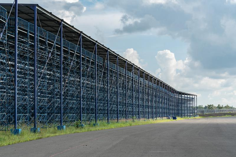 Ideia externo do estádio grande sob a construção com construção de aço, a bancada e o colorido azuis em nuvens do céu azul com có foto de stock royalty free