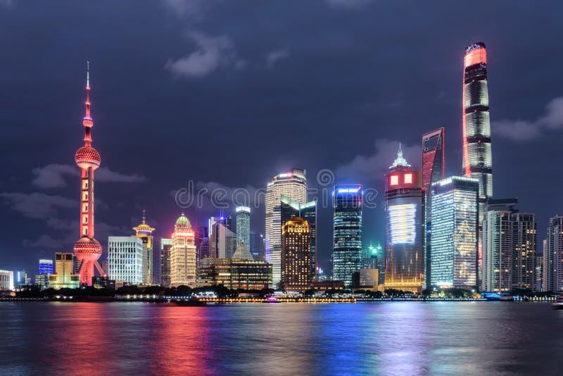 Ideia fabulosa da noite da skyline de Pudong (Lujiazui), Shanghai fotos de stock royalty free