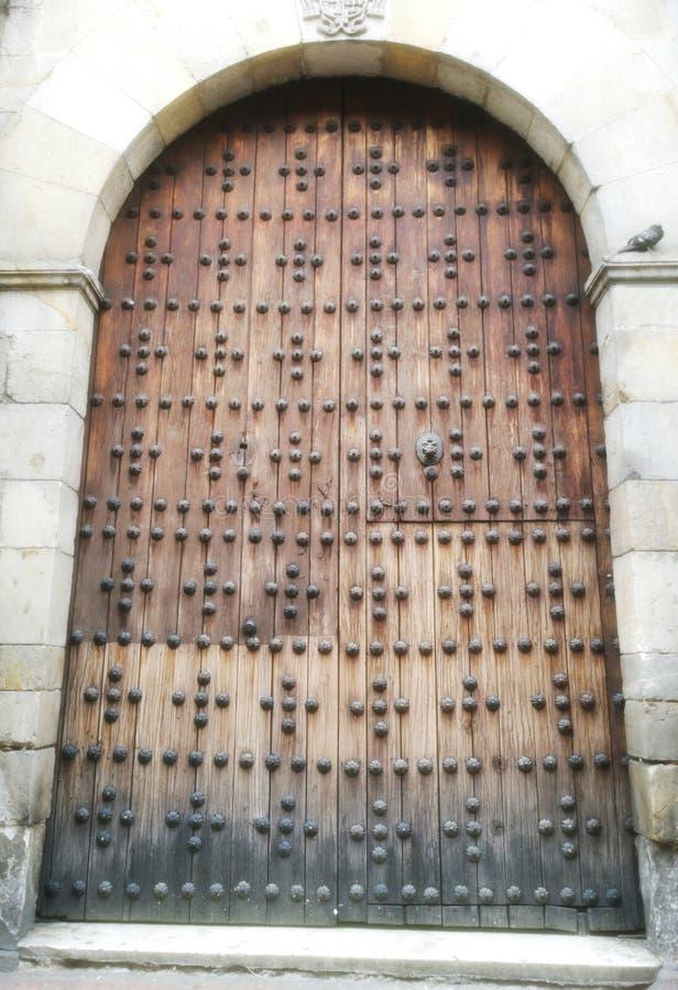 Ideia frontal da porta da entrada de uma igreja velha fotos de stock royalty free