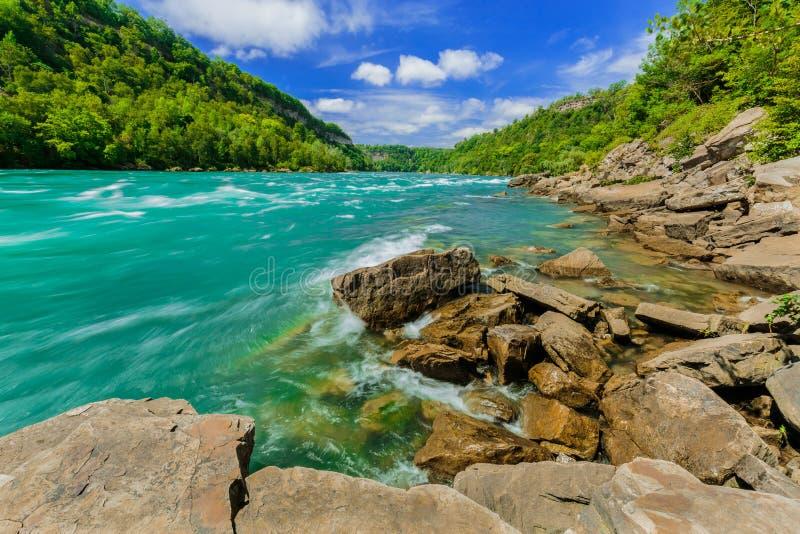 Ideia impressionante bonita surpreendente do rio e de terras de pressa da escarpa de Niagara Falls no dia de verão ensolarado fotos de stock