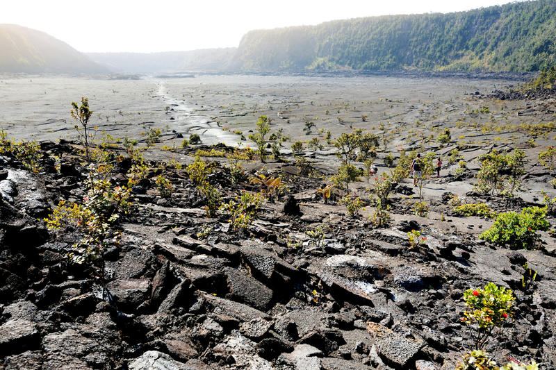 Ideia impressionante da superfície da cratera do vulcão de Kilauea Iki com a rocha de desintegração da lava no parque nacional do fotos de stock