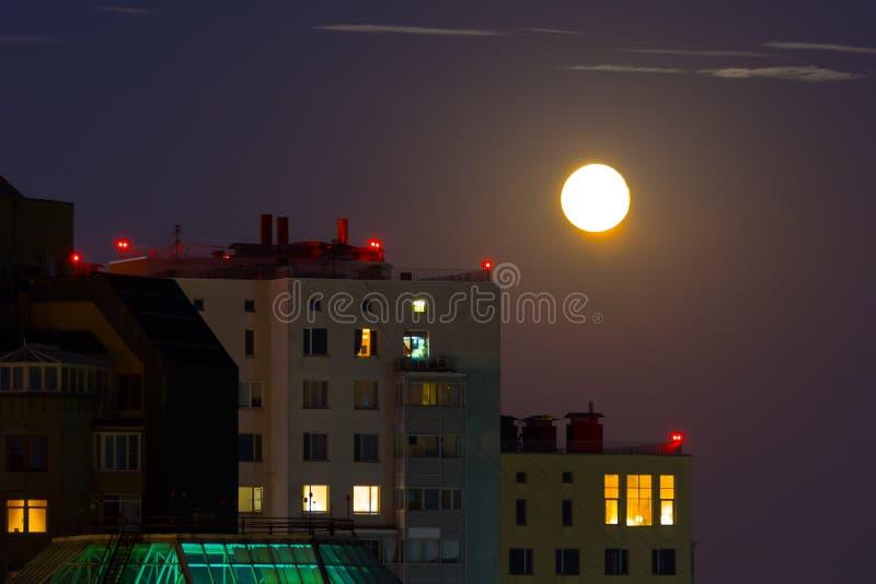 Ideia incomum da área residencial durante a Lua cheia do verão imagens de stock royalty free