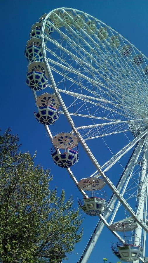 Ideia inferior da peça da roda de Ferris urbana foto de stock royalty free