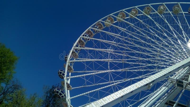 Ideia inferior da peça da roda de Ferris urbana fotografia de stock royalty free