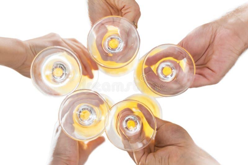 Ideia inferior de um grupo de amigos que bebem a cerveja, brindando, no bar em branco isolado imagem de stock