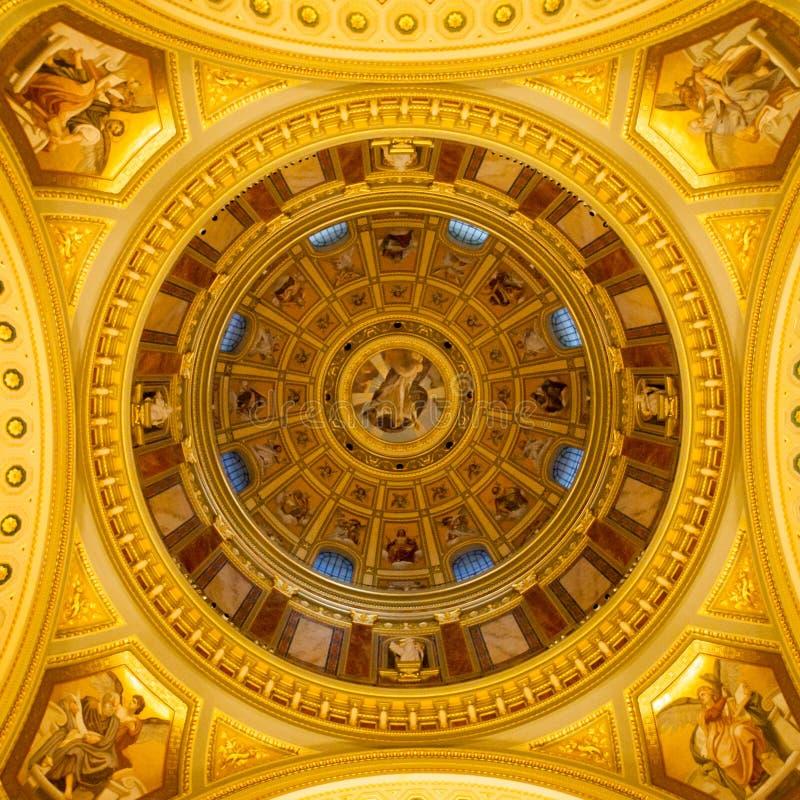 Ideia interna do teto pitoresco colorido da abóbada na basílica do ` s de St Stephen, Budapest, Hungria imagem de stock royalty free