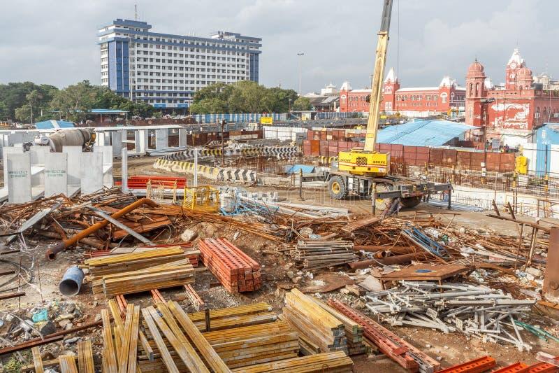 Ideia larga da área de trabalho do trem do metro sob a construção vista com as máquinas hidráulicas enormes foto de stock