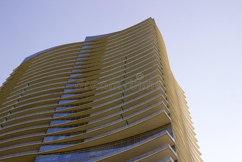 Ideia lateral da peça superior de uma construção incorporada moderna com saliências amareladas em cada assoalho imagens de stock royalty free