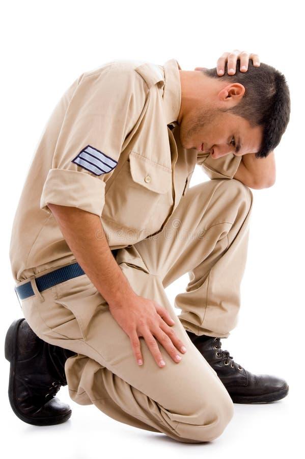 Ideia lateral de sentar o soldado novo imagem de stock