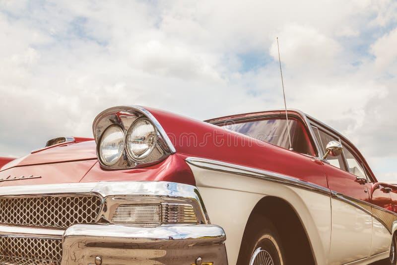 Ideia lateral de um vermelho com fora do carro branco de Ford Fairlane imagem de stock