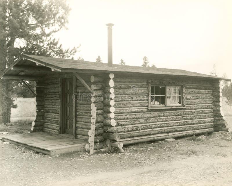 Ideia lateral de uma casa da cabana rústica de madeira fotografia de stock