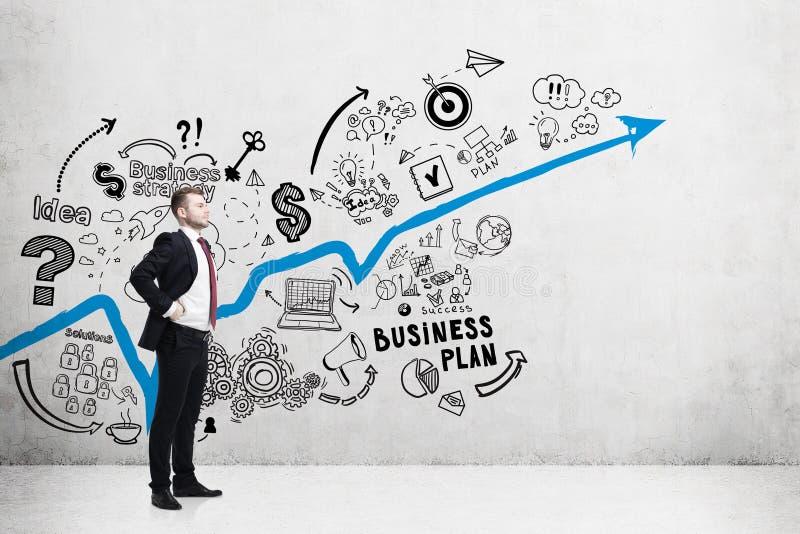 Ideia lateral do homem e do gráfico azul, plano fotografia de stock royalty free