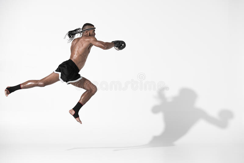 Ideia lateral do treinamento tailandês muay do lutador isolado no branco fotos de stock royalty free