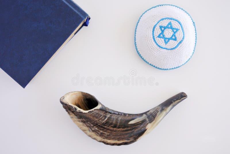 Ideia lisa da configuração do livro do Shofar, do Torah e do fundo de Kippa fotografia de stock