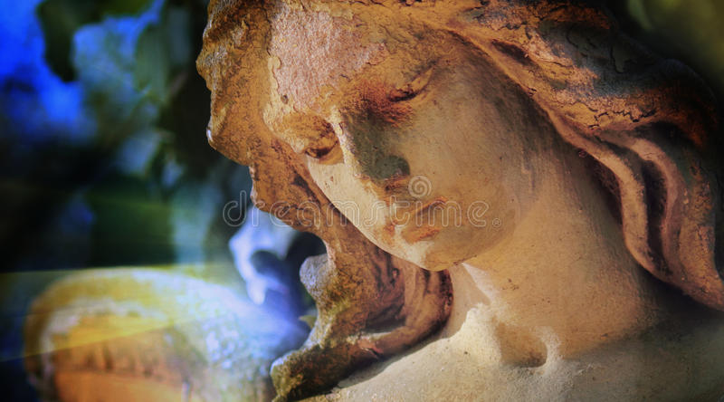 Ideia majestosa do anjo da guarda antigo da estátua na luz solar & no x28; fotos de stock