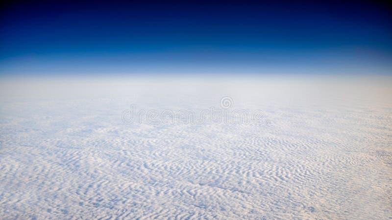 Ideia maravilhosa do cloudscape com o céu azul claro de cima de fotografia de stock