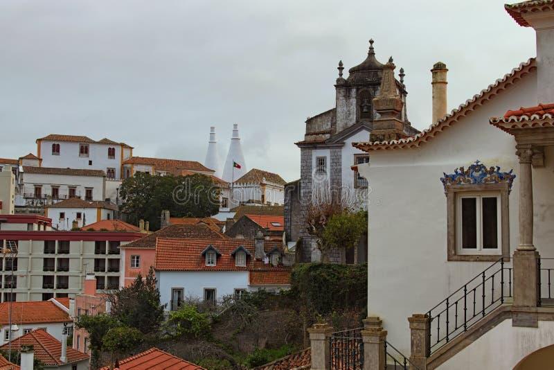 Ideia nevoenta pitoresca da manhã do centro de cidade velho histórico de Sintra com o palácio nacional Palacio Nacional de Sintra imagens de stock