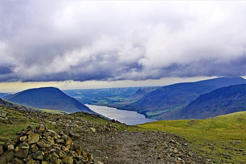 Ideia nivelada da nuvem da cabeça 2 de Wastwater e de Wasdale, das pedras ocas, na subida a Scafell Pike, Wasdale fotos de stock royalty free