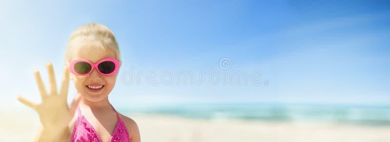 Ideia panorâmico da praia da mão de ondulação do mar e da criança feliz imagens de stock