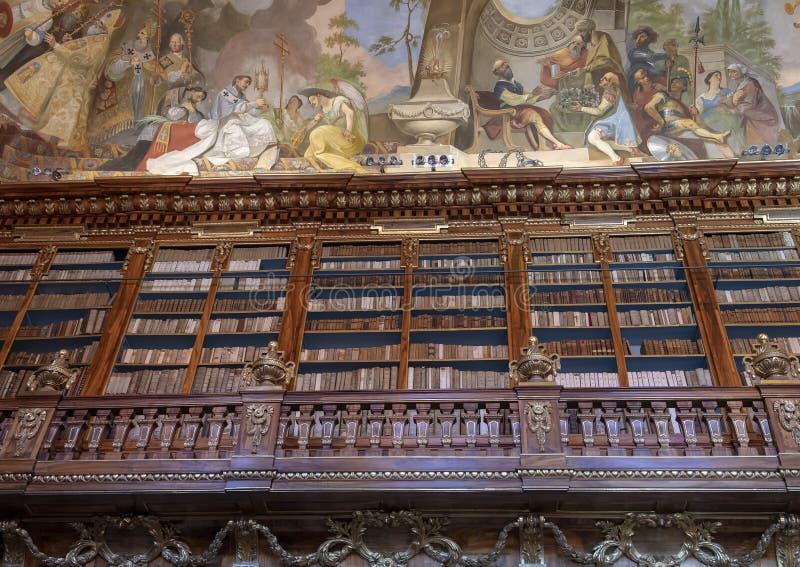 Ideia parcial das estantes e do fresco do teto, Salão filosófico, biblioteca de monastério de Strahov, Praque imagem de stock