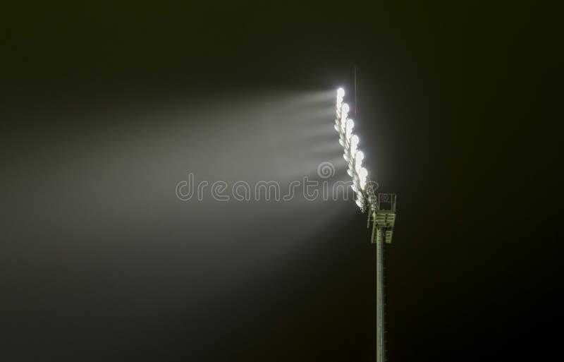 Ideia próxima de uma luz de inundação do estádio dos esportes na noite fotografia de stock royalty free