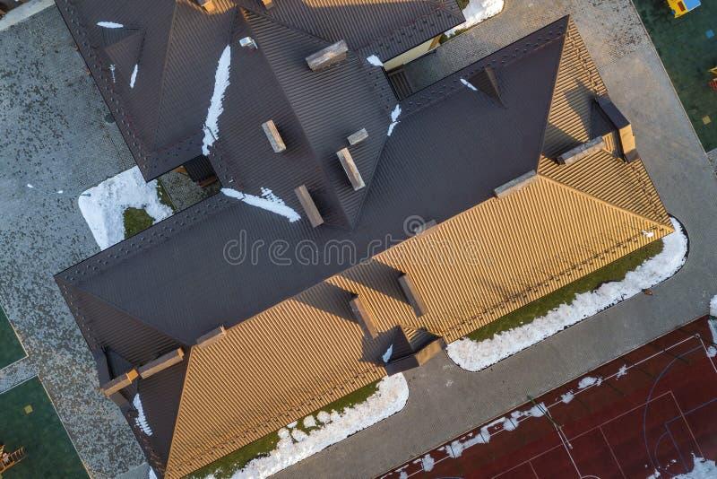 Ideia a?rea superior de construir o telhado telhado da telha marrom com constru??o complexa da configura??o Fundo abstrato, geom? fotos de stock royalty free