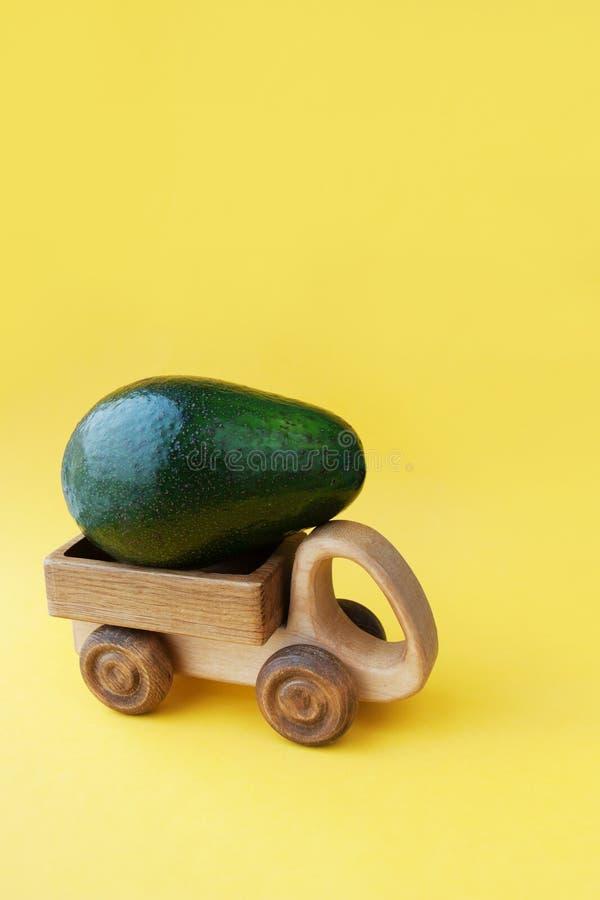 Ideia saudável do fundo do alimento da decoração criativa bonita com o abacate verde fresco no papel brilhante Conceito do cartão fotos de stock royalty free