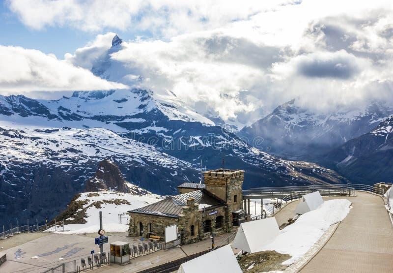 Ideia sonhadora majestosa da estação nevado de Gornergrat e do pico icônico encoberto com nuvens, Zermatt de Matterhorn, Suíça, E foto de stock royalty free